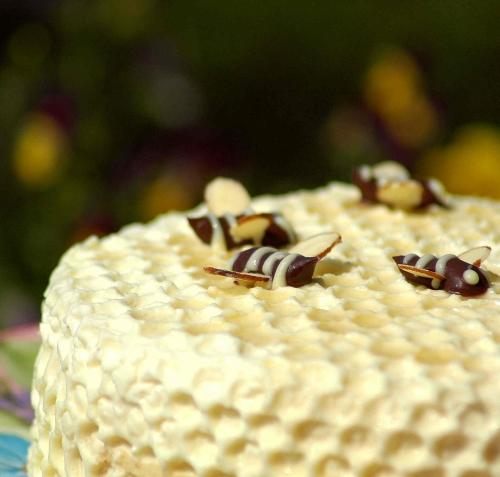 Как украсить медовый торт