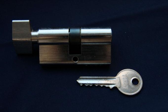 Как заменить личинку дверного замка