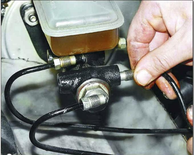 Как поменять основной тормозной цилиндр