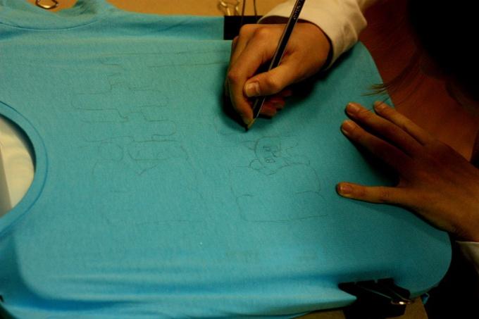 Как рисовать краской на одежде