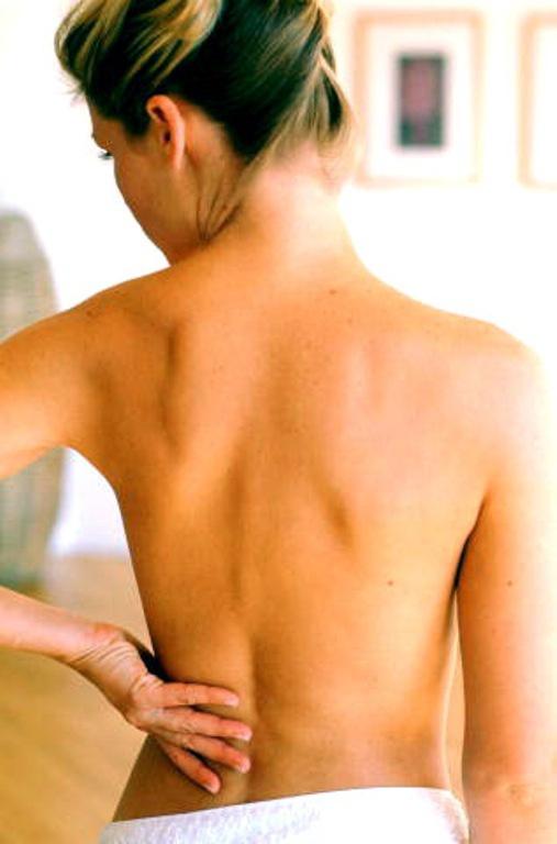 Боль в области желудка отдает в спину между лопаток что делать