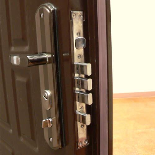 Как врезать замок в металлическую дверь