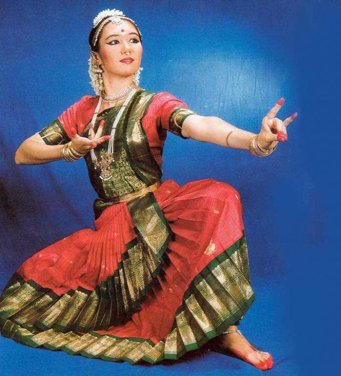 Как танцевать индийские танцы
