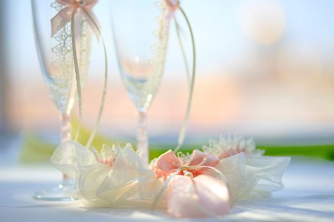 Как оформить свадебные бокалы