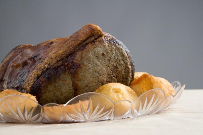 Как жарить мясо в духовке