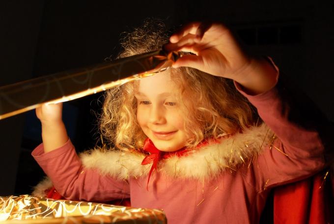 Как вручить подарок ребенку