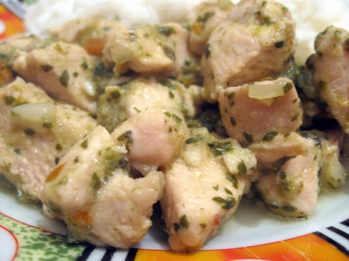 Как потушить куриное филе в сырном соусе с брокколи