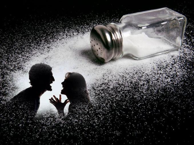 Как помирить людей, поссорившихся из-за рассыпанной соли
