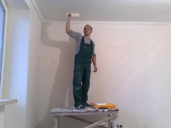 Как покрасить потолок после побелки