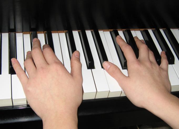 Как научить ребенка играть на фортепиано