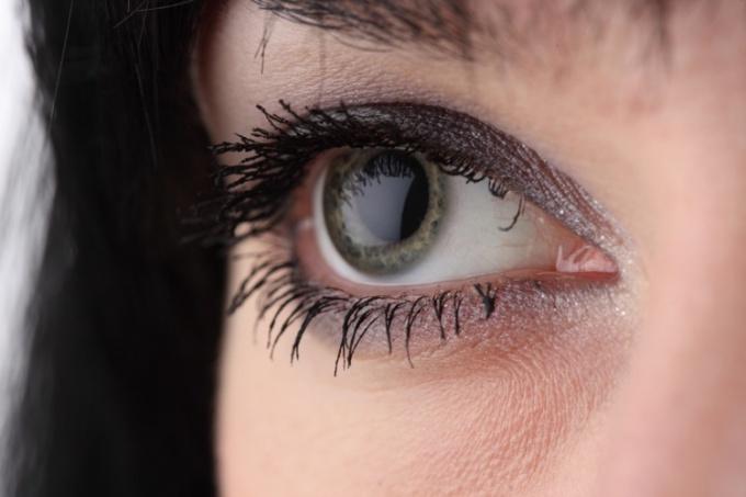 Как накрасить положительно глаза
