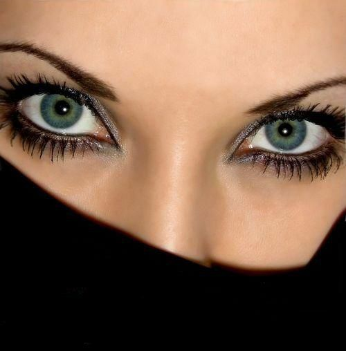 Как научиться смотреть людям в глаза