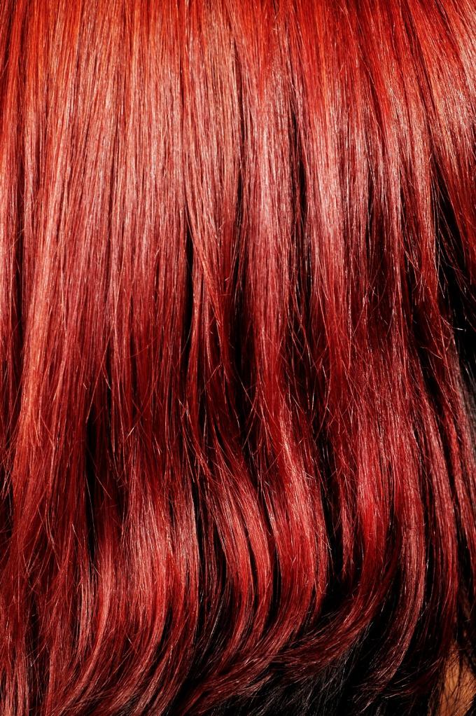 Как покрасить волосы в алый цвет