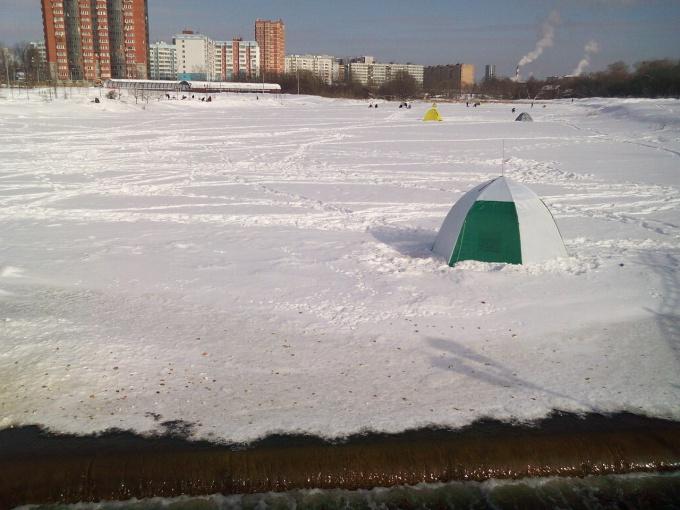 Как закрепить палатку на льду