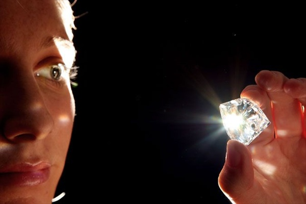 How to determine the carat of a diamond