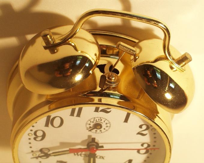 Как поставить будильник на телефон