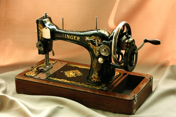How to fill a manual thread sewing machine