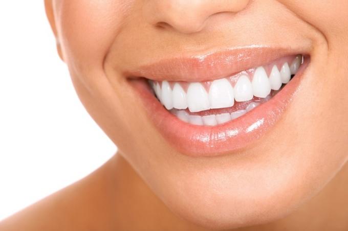 Как избавиться от желтого налета на зубах