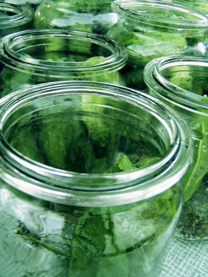 How to sterilize jars in the microwave