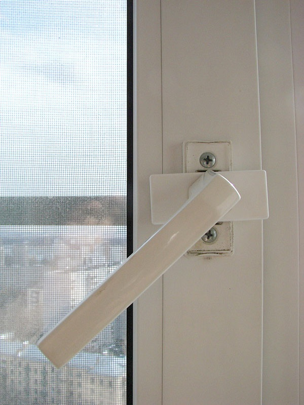 How to remove the handle on the plastic Windows