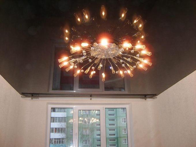 Как крепить люстру на натяжной потолок