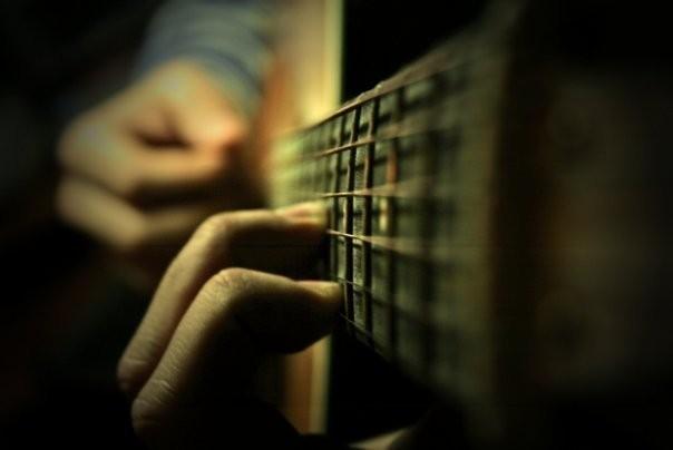Как играть соло на акустической гитаре