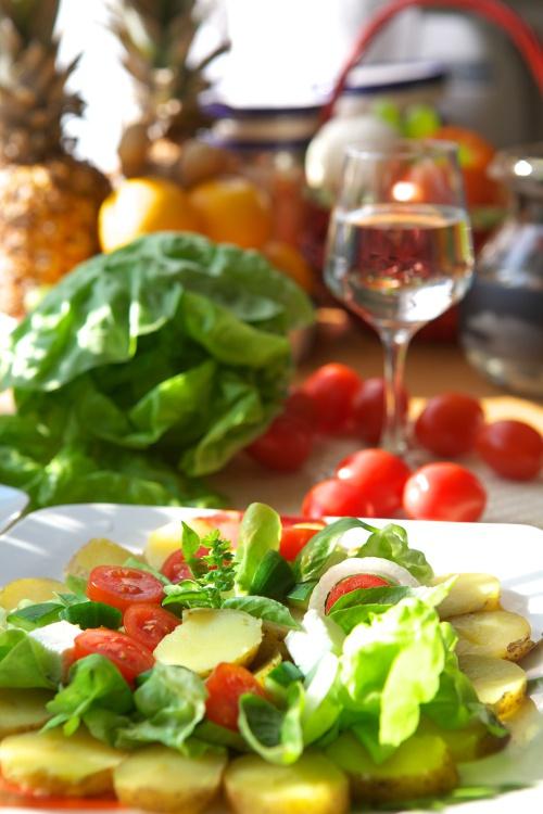 Как украсить праздничный салат