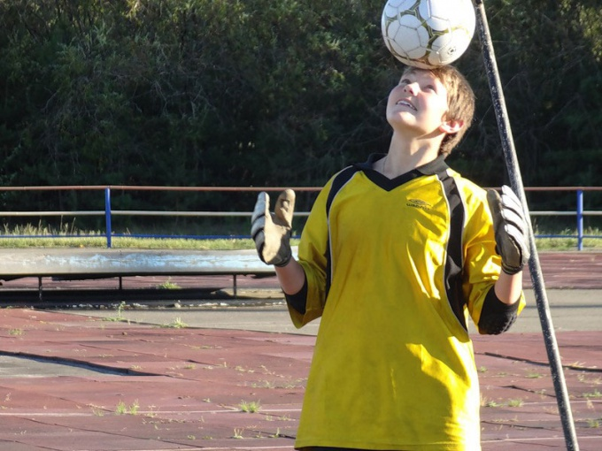 Как держать мяч на голове