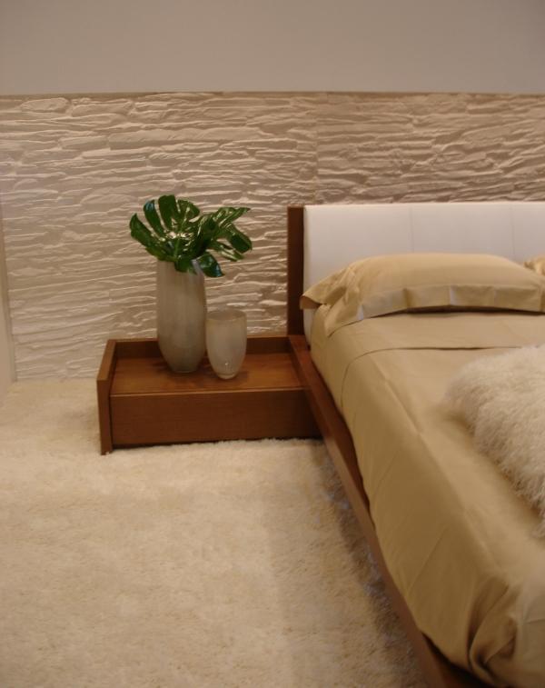 Как оформить стены спальни