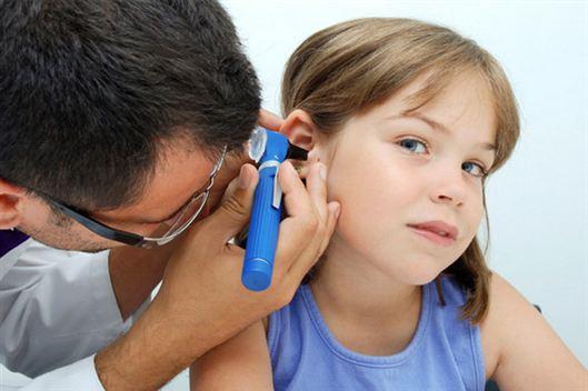 Как лечить ухо, если из него течет