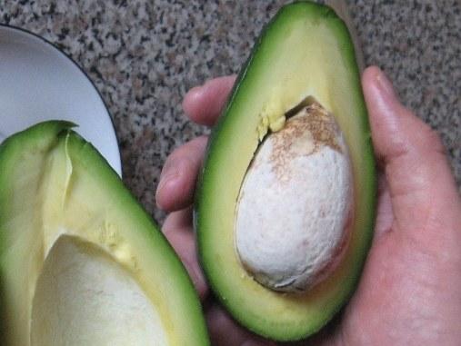 Как использовать косточку от авокадо