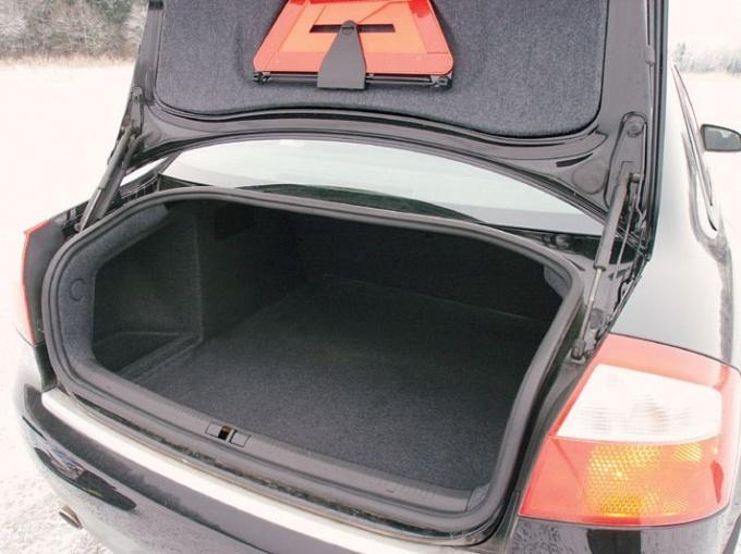 Как открыть багажник, если сломан замок