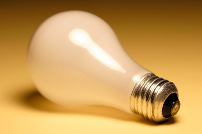 Как заменить лампочку на потолке