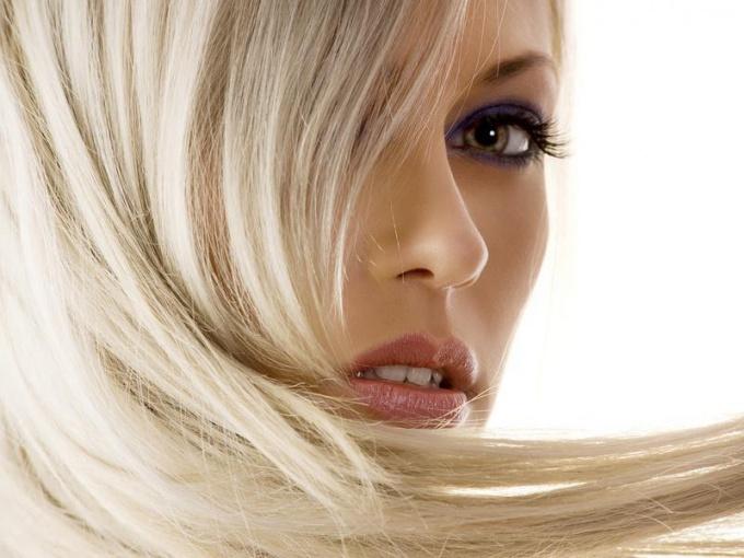 Как обесцветить волосы, не повредив их