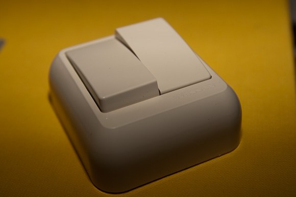 Как подключить двухкнопочный выключатель