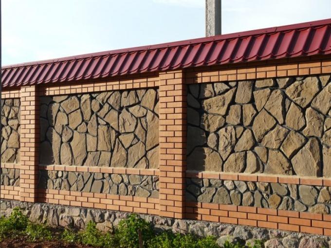 Как построить забор из камня