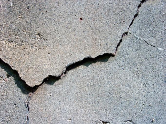 Как устранить трещины в полу