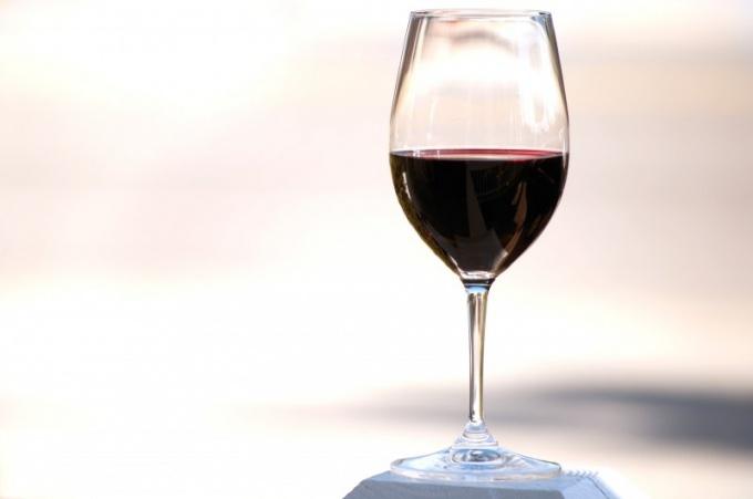 Как вывести вино