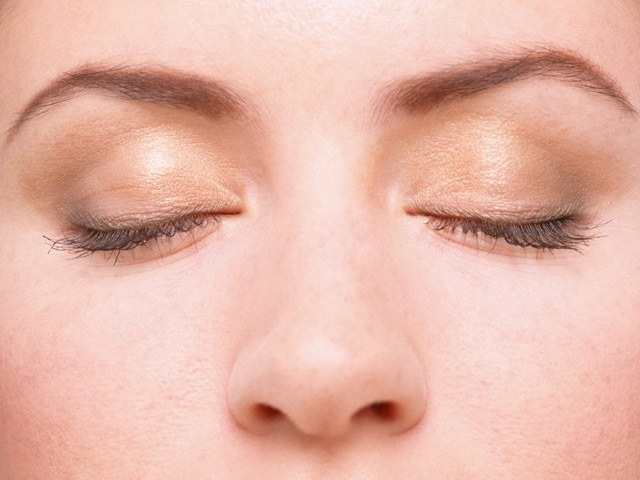 How to remove puffiness under the eyes