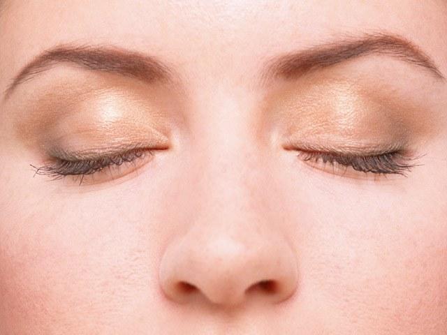 Как удалить отеки под глазами