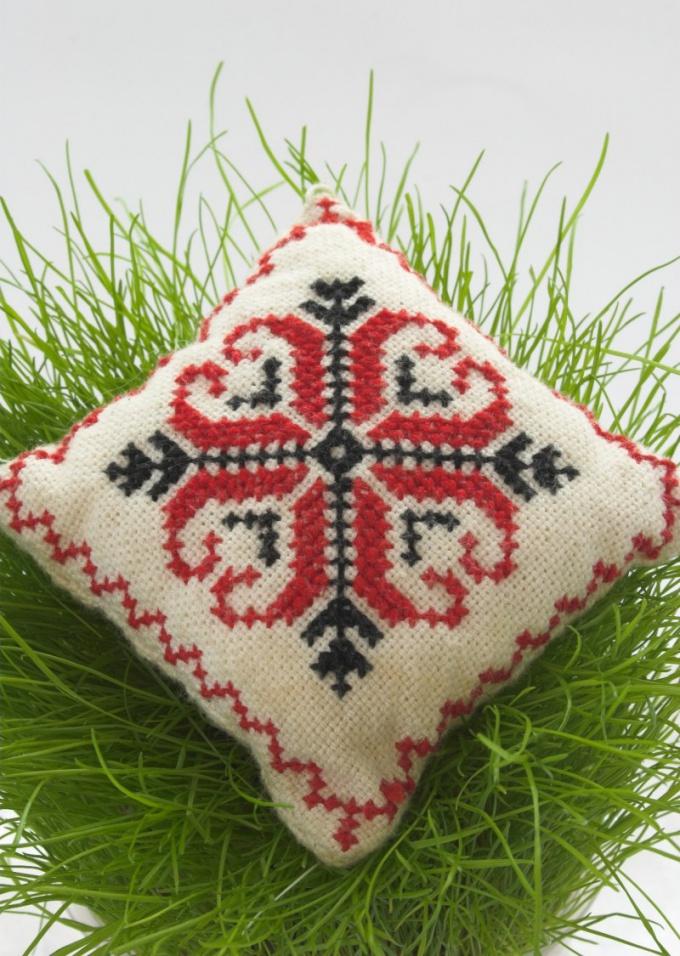 Как вышить подушку крестом