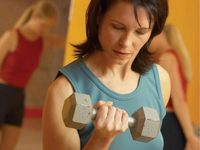 Как накачать мышцы штангой и гантелями