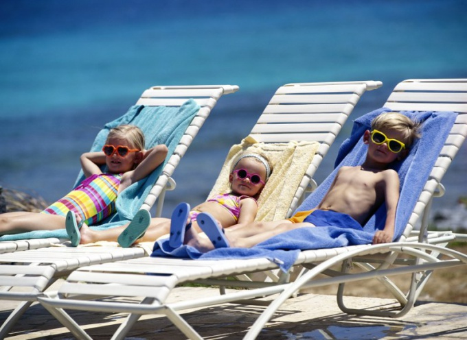 Куда отвезти детей в мае: на море или на дачу