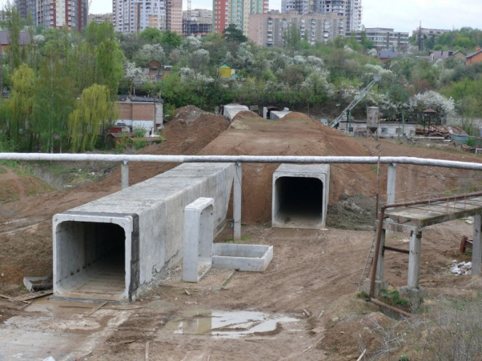 Строительство  открытым способом: http://dic.academic.ru/pictures/wiki/files/75/Kharkov_metro_tunnel_construction01.jpg
