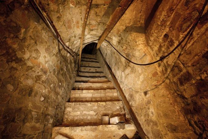 Вход в тоннель из гаража: http://www.colorsmagazine.com/images/cache/images/stories/746/81_personal_metro_image8_749_500_90.jp