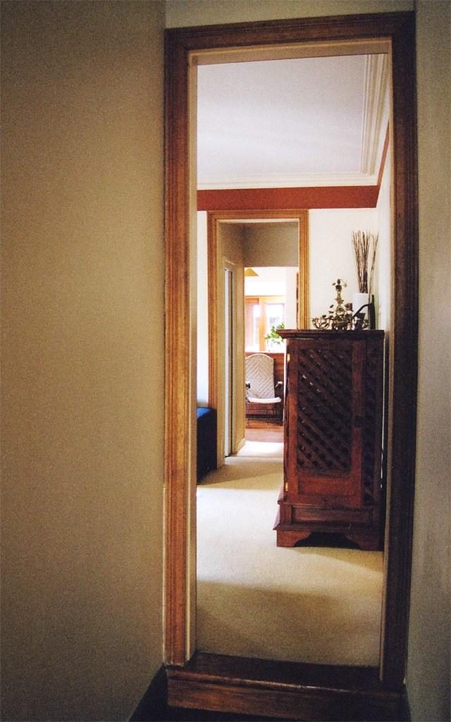 Зеркало зрительно расширит помещение