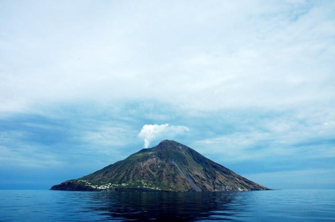 Как следует вести себя при извержении вулкана