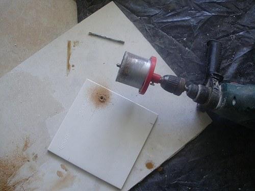 Как в плитке просверлить отверстие