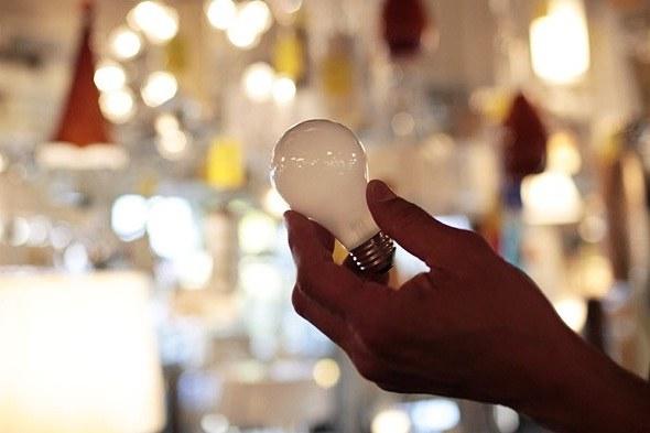 Как вставить новую лампочку