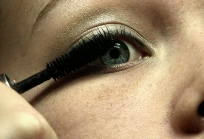 How to make mascara makeup artists